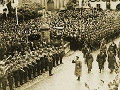 Adolf Hitler přijel v roce 1938 do Mikulova, jehož tehdejší obyvatelstvo bylo převážně německé (výřez z originálního snímku).