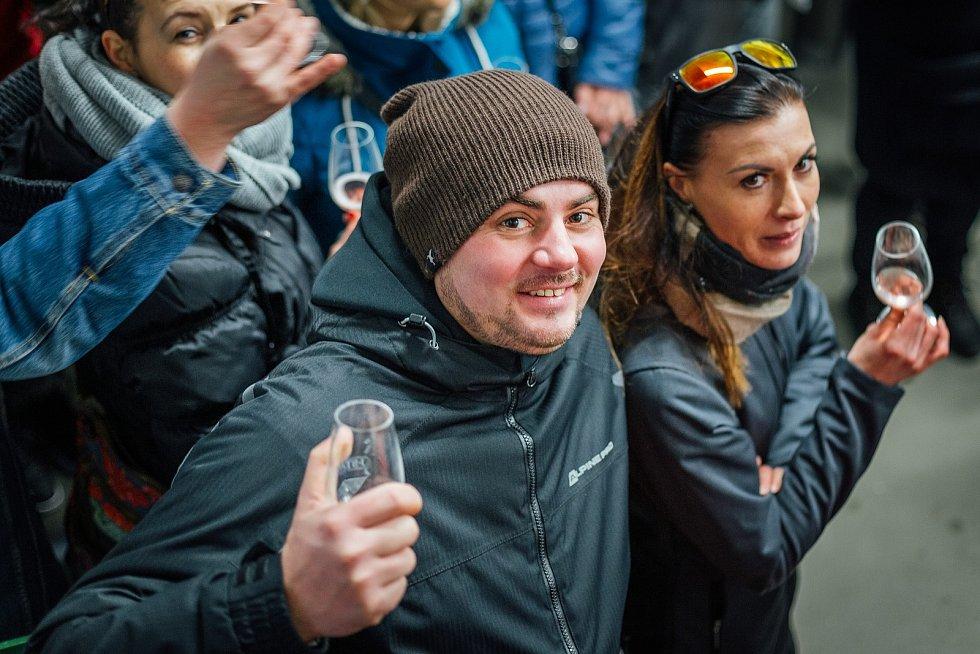 Vinařská zabijačka v Němčičkách si za třináct let získala stovky návštěvníků. Letos pořadatelé otevřou jen okénko. Foto: Vinařství Stávek