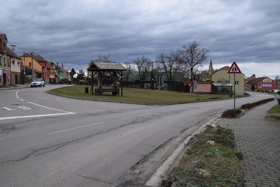 Křižovatka nedaleko sokolovny, kde se v budoucnu bude nacházet turistické a vinařské informační centrum.