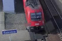 Devětačtyřicetiletou ženu nedávno srazil mezinárodní expres v rychlosti 160 kilometrů v hodině na nádraží v Šakvicích na Břeclavsku.