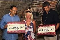 Šek a hlavně obálku s dvaceti tisíci korunami předali mladé valtické vozíčkářce Karolíně Horské zástupci Valtického Podzemí. Příspěvek převzala její matka Dita Horská. Celkem už valtické vinařství studence se svalovou atrofií věnovalo 185 tisíc korun.