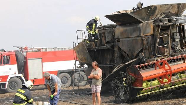 U Staroviček hořel kombajn a desítky hektarů pšeničného pole. Byl vyhlášen druhý stupeň požárního poplachu.