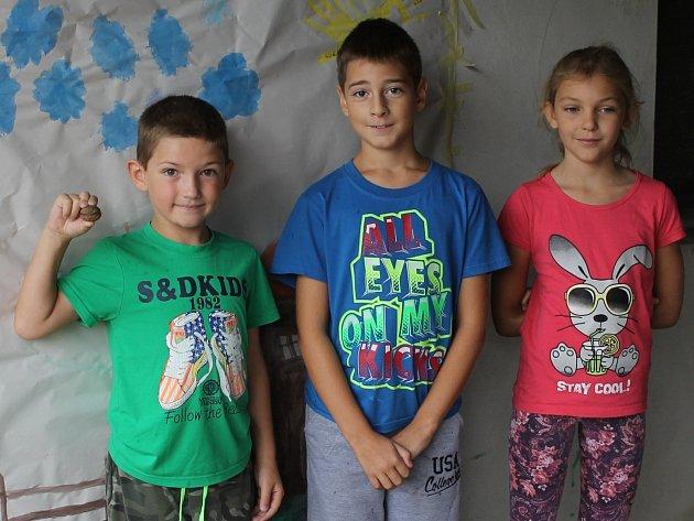 Skupina dětí se vbřeclavské městské části Charvátská Nová Ves účastní příměstského tábora Veselý farmář.
