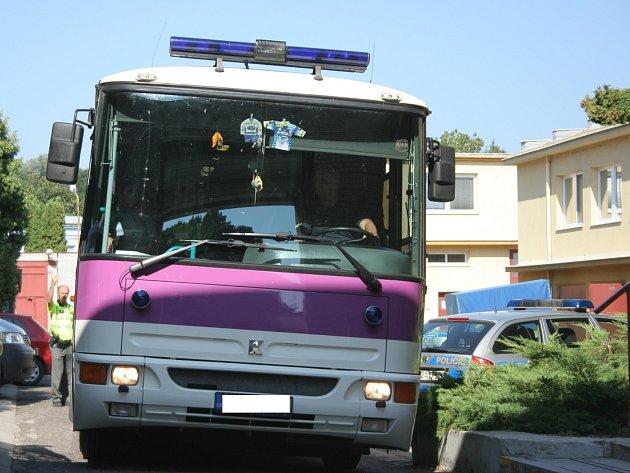 Z břeclavské policejní stanice vyvezl běžence autobus.
