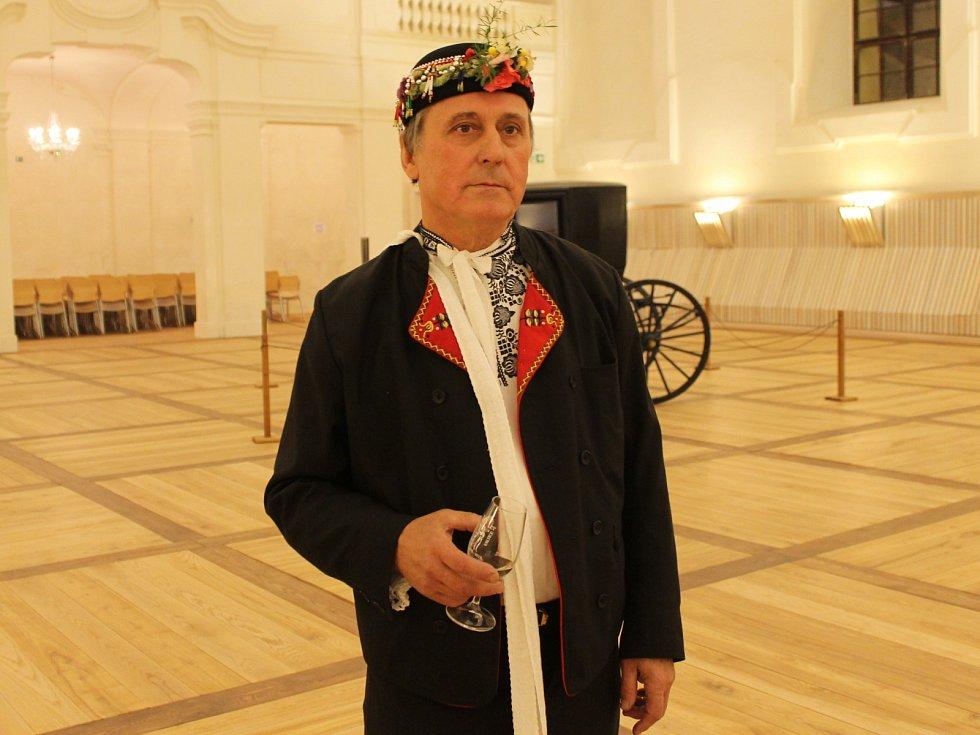 Mužský sbor z Valtic uspořádal v sobotu ve valtických jízdárnách koncert při příležitosti svého desátého výročí. Kromě něj zazpíval i ženský valtický sbor nebo Jitka a Břetislav Osičkovi.
