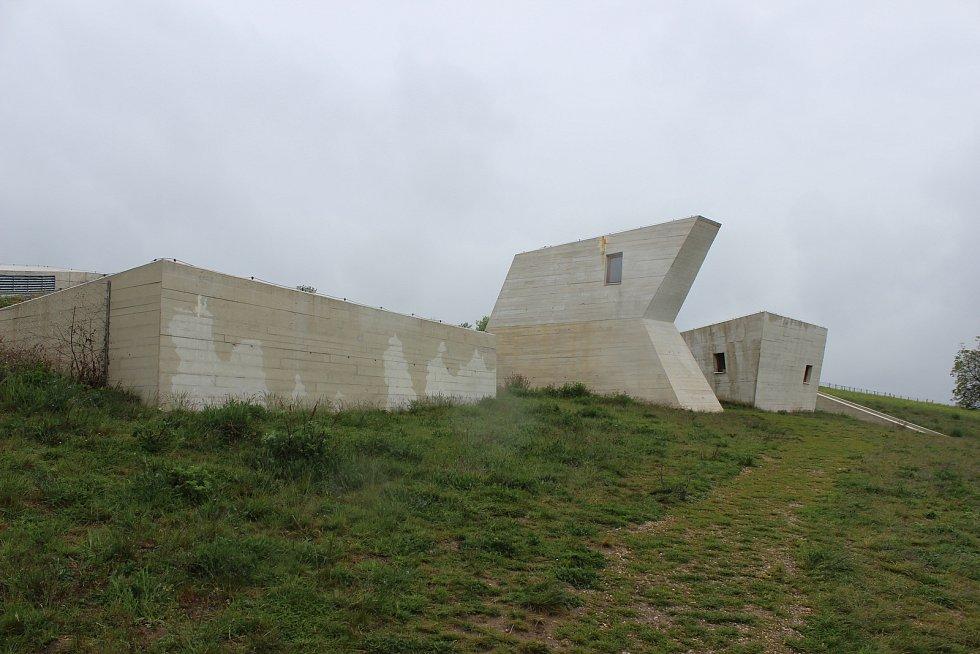 Celé muzeum je zahloubené do svahu. Zvenku jsou vidět pouze bílé betonové věže, které mají napodobovat okolní vápencové skály.