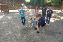Děti si na hřišti za kostelem ve Velkých Pavlovicích vyhrají s novým herním prvkem - bagrem.