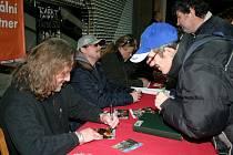Členové kapely Kabát se podepisovali svým fanouškům.