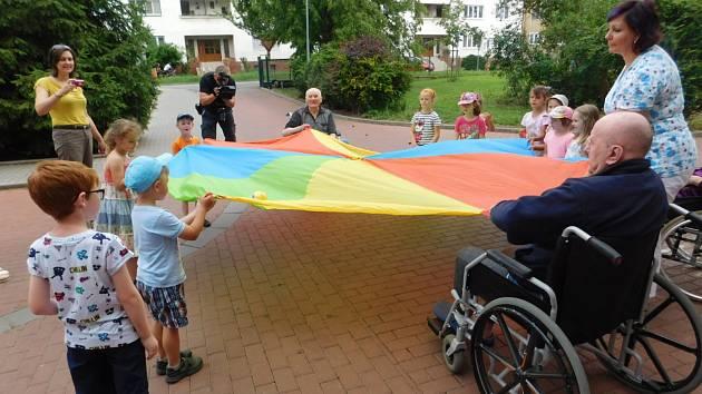 Společná zábava i předávání zkušeností. Děti z mateřské školy navštěvují důchodce v Domě seniorů v Břeclavi.