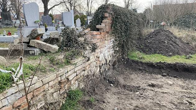 Hřbitov v Březí se dočká nové zdi za půl milionu.