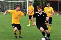 Fotbalisté Krumvíře (ve žlutých dresech) potvrdili roli favorita a Dubňany porazili. Ilustrační foto.