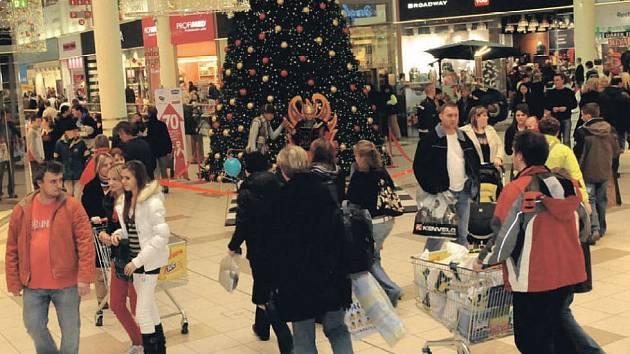 Kouzlo Vánoc nahradily dárky, jídlo, pití a stres