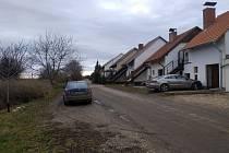 Neznámý zloděj ukradl ze zaparkovaného auta v mikulovské ulici Zlámalova záchranný batoh.