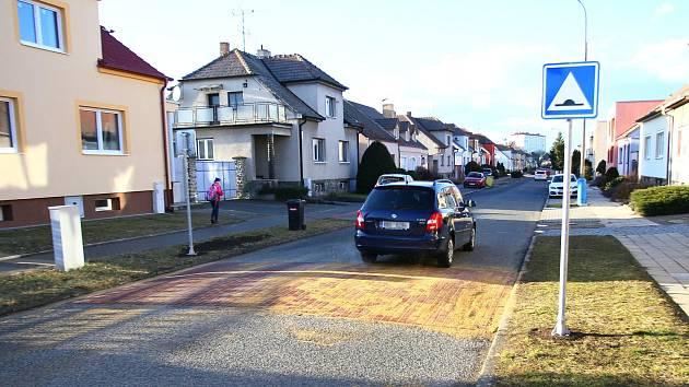 V Záhumní ulici v Břeclavi zpomalí řidiče retardéry.