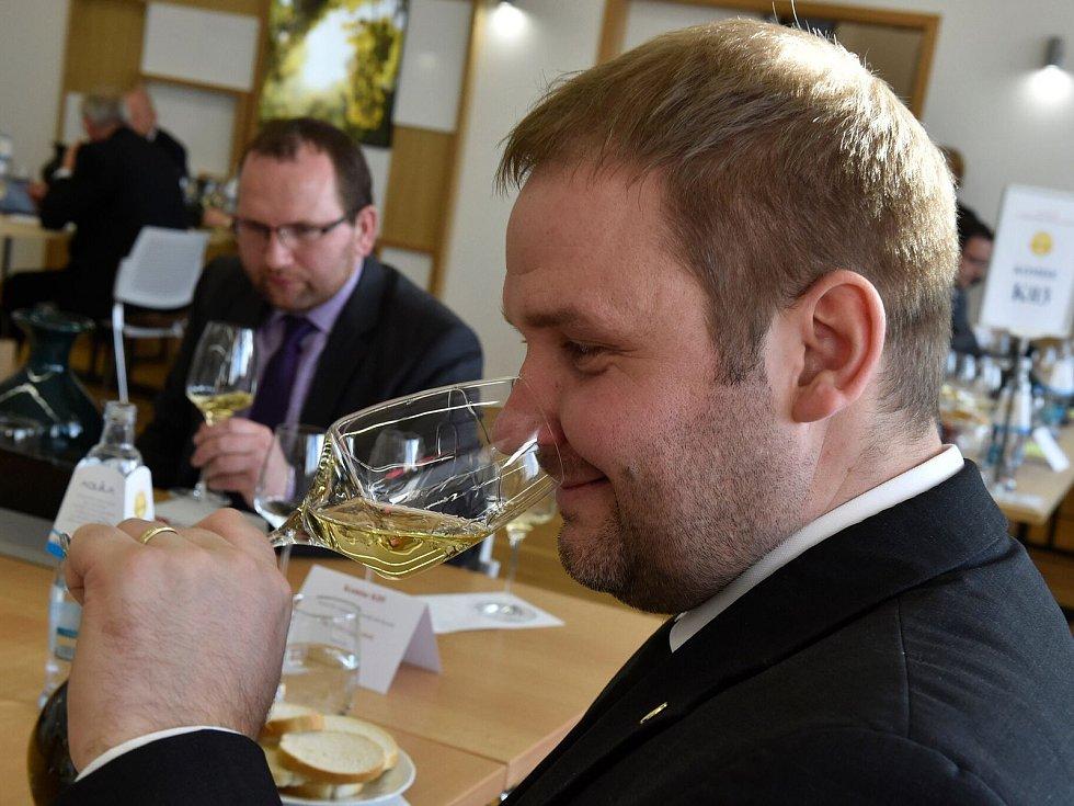 Degustátoři hodnotili vzorky pro titul Šampiona Salonu vín pro rok 2018. Tím se stal Ryzlink vlašský od Nového vinařství v Drnholci.