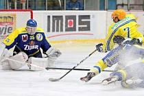Břeclavští hokejisté (ve žlutém) nezvládli přestřelku s Přerovem.