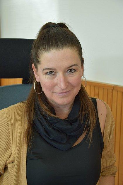 Markéta Gajdová, referentkaDo Milovic jsem se přestěhovala vzáří 2015.Pocházím zMutěnic, bydlela jsem ivTýnci a Břeclavi. Tady se mi žije moc krásně, je zde hezké prostředí, klid. Zkrátka paráda. ZMilovic pochází můj partner. Za jinou obec bych je u