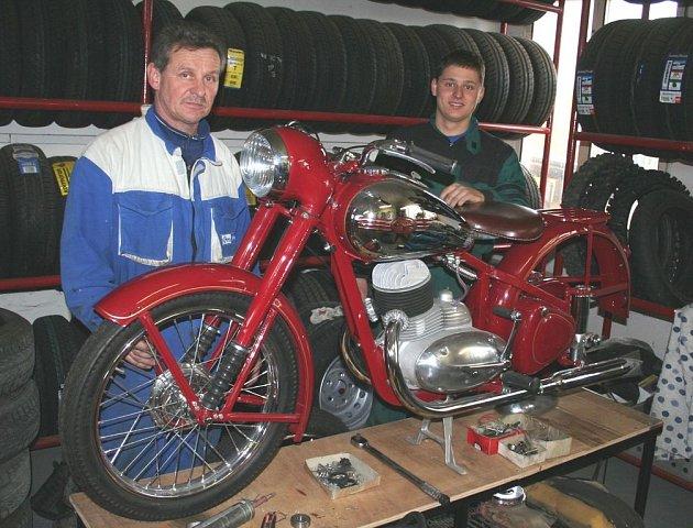 OTEC A SYN. Zdeněk Antony starší a Zdeněk Antony mladší v sobotu zrovna renovovali starý motocykl Jawa z roku 1950.