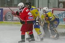 Břeclavští dorostenci (ve žlutém) během prvního utkání se Znojmem