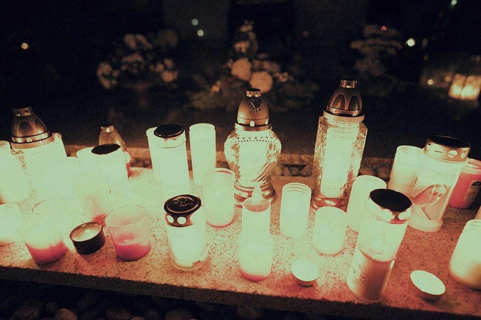 Dušičky 2020. Hřbitov ve Velkých Bílovicích po setmění.