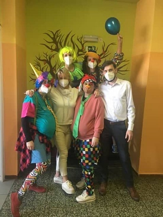 Díky klaunům byl první den obnovené školní docházky veselý.