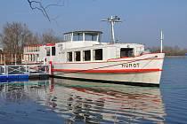 Historická loď Munot po zimním odpočinku zakotvila u svého nového mola v kempu Merkur u Nových Mlýnů.