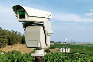 Automatický laserový plašič špačků zkoušejí ve Velkých Bílovicích.