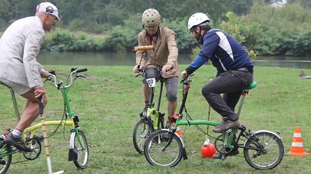 U Janova hradu u Podivína se sešli v sobotu příznivci kola Brompton. Při Festivalu Cyklospecialit se uskutečnil závod, ale i soutěž ve skládání anglických skládacích kol.
