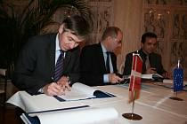 Zástupci firmy Berendsen se v úterý definitivně rozhodli pro Velké Pavlovice a se starostou města Pavlem Procházkou podepsali smlouvu o odkoupení pozemků.