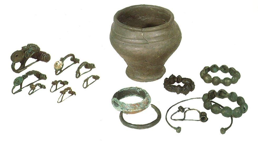 Příklady nálezů laténských spon, náramků a náhrdelníků z období kostrových pohřebišť