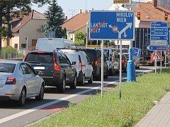 Uzavírka ulic Sovadinova a Na Zahradách způsobuje v centru města dopravní problémy.