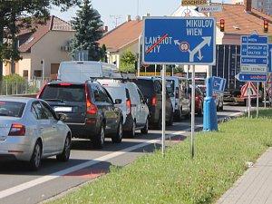 Desítky minut v koloně. Uzavírka křižovatky v centru Břeclavi komplikuje provoz