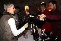 Rozlehlé sklepní prostory zaječského Vinařství U Kapličky hostily po tři večery Tříkrálovou degustaci mladých vín. Návštěvníkům ke koštování zahrály dvě cimbálové muziky.
