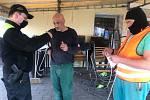 Břeclavští strážníci pomáhají roznášet roušky.