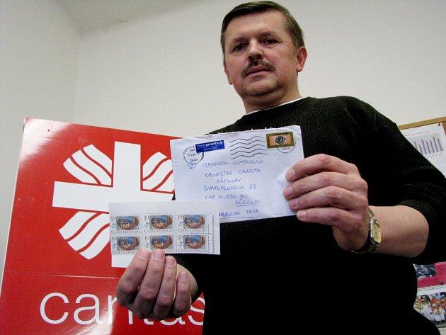 Ředitel břeclavské charity Josef Gajdoš ukazuje čtyři roky starý dopis pro jednoho zitalských stážistů