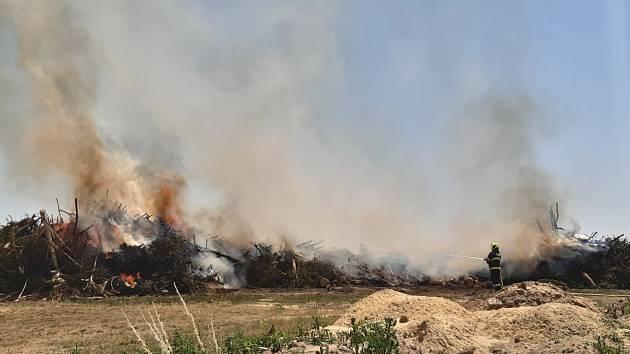 U Moravské Nové Vsi hoří skládka odpadu