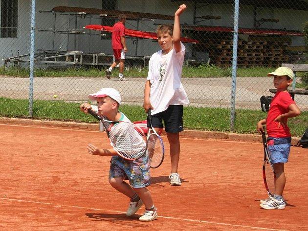 Tenisový tábor na kurtech Slováckého tenisového klubu.