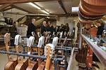 Z ilegální garáže až na americký trh vybudoval firmu na výrobu kytar František Furch z Velkých Němčic. Výrobuv zrekonstruovaném mlýně z 16. století si ve středu prohlédl i americký velvyslanec Stephen King.