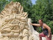 Písečný svět v Lednici. Šestnáct velkých soch na téma božstva představil organizátor výstavy a jeden z tvůrců Michal Olšiak.