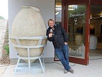 Na Farmě Pálava u Mikulova otevřeli členové Kvevri klubu nádobu o objemu 1150 litrů. Zrálo v ní Chardonnay. Obří kvevri patří vinařství Tomáše Vicana, producenta seriálových Vinařů.