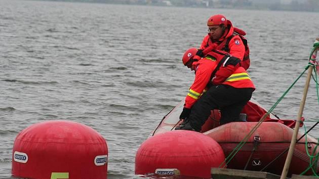 Vyprošťování potopeného vlečného člunu z novomlýnské nádrže.