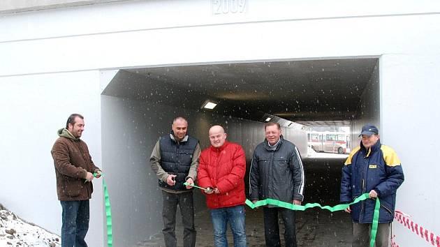 Místostarosta Břeclavi Pavel Dominik společně s radním Zbyňkem Humlíčkem za asistence vedoucího výstavby OHL ŽS Emila Cendelína symbolicky přestřihává pásku při otevření nového podchodu.