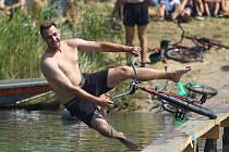První ročník Pavlovické lávky. Lidé na kole přejížděli lávku na rybníku Zahájka.