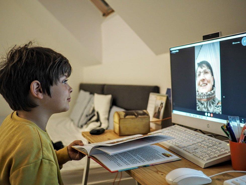Školáci z Dolních Věstonic v podvečer předčítají svým prarodičům a online panu řediteli.