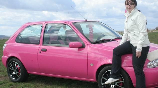 Přiznivkyně tuningu Adéla Hrnčářová si upravila auto po svém. Do růžova.