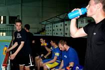 Břeclavští hokejisté začali trénink jen rozehřívacím fotbálkem. Během dvou měsíců okusí i atletický ovál, posilovnu, spinning a snad i bazén.