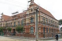 Základní školu v Poštorné dělníci obehnali lešením.