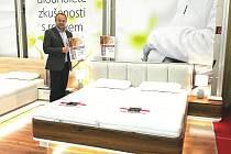 Břeclavská firma LB Bohemia uspěla na říjnovém veletrhu MODDOM v Bratislavě s retro lůžkem a matrací na míru. Na snímku ukazuje ocenění jednatel firmy Lubomír Bednár.