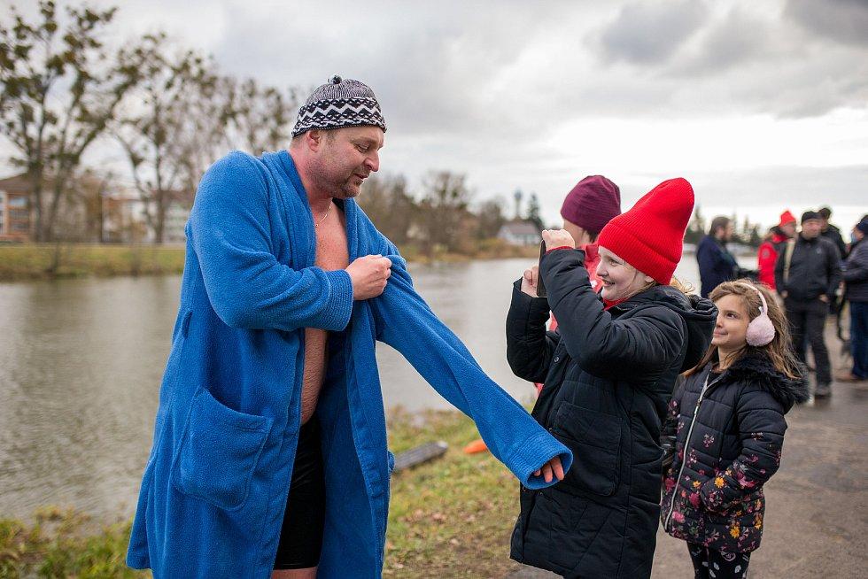 Otužilci a příznivci zimního plavání v ledové řece Dyji v Břeclavi, 26. prosince 2020. FOTO: David Korda