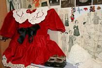 Až do konce února mohou zájemci zhlédnout výstavu Historie módy a odívání na brumovickém obecním úřadě.